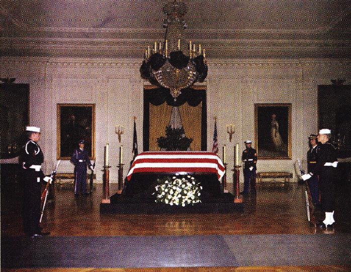 Sicriul lui JFK depus la Casa Alba