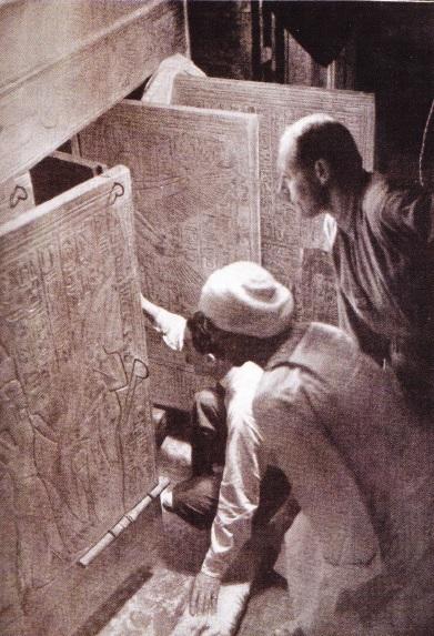 Carter-un-muncitor-egiptean-si-A-Callender-la-intrarea-in-mormantul-faraonului