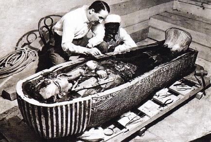 howard-carter-langa-sarcofagul-lui-Tutankhamon-anul-1924