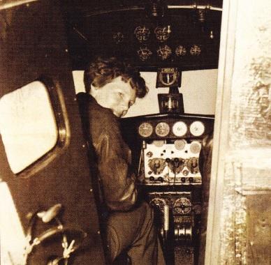 Earhart in cabina avionului Electra