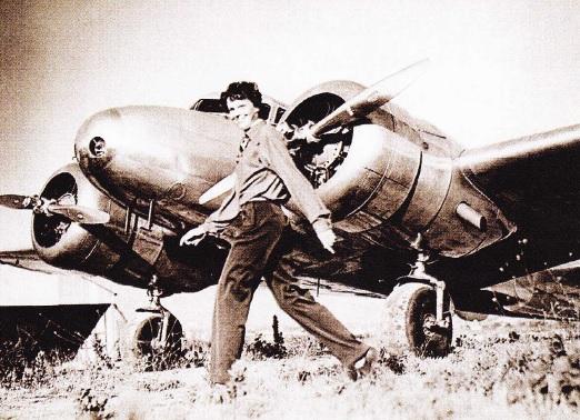 Amelia Earhart lângă avion