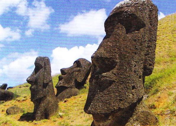 Moai pe pantele vulcanului Rano Raraku. Insula Paştelui