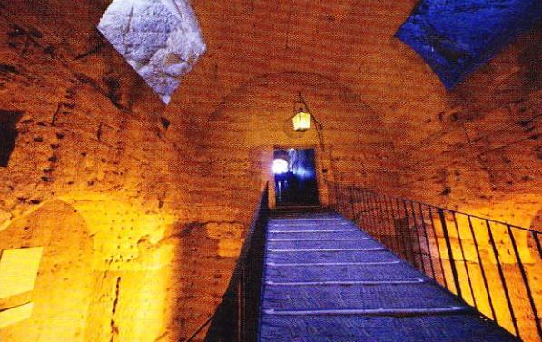 Galeriile spiralate ce duc spre sala în care se păstrează sarcofagul împăratului roman Adrian