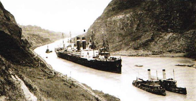 Trecerea unei nave prin Canalul Panama (Poza anul 1915)