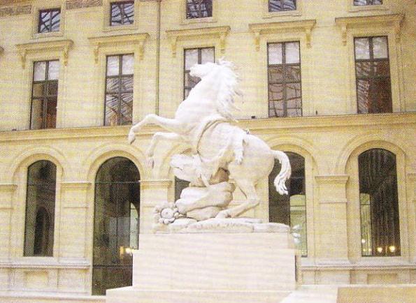 Sculptura a unui cal din curtea palatului Luvru