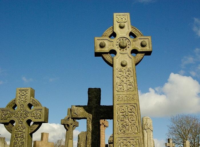 cimitir cu cruci celtice
