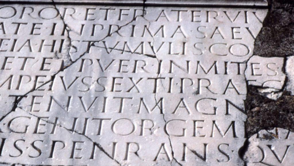 Litere romane vechi de 2000 de ani gravate in piatra