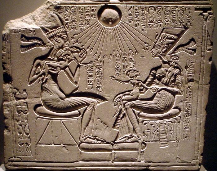 Nefertiti, Akhenaton si cele 3 fiice ale lor, binecuvantati de Zeul Soare