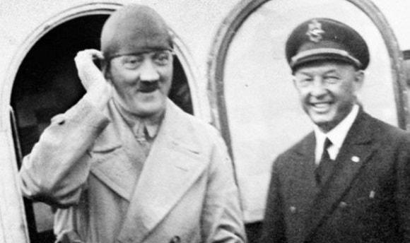 Hitler urcand intr-un avion