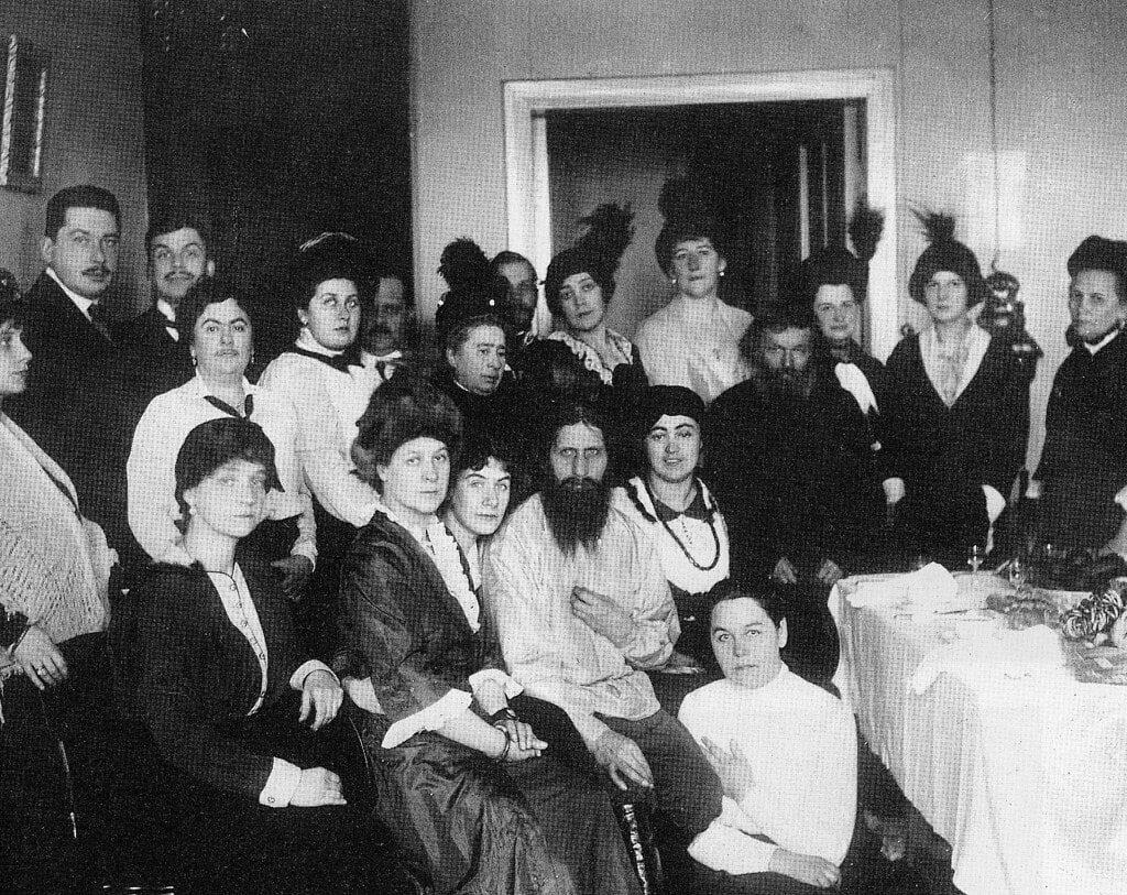 Rasputin alaturi de o parte dintre admiratorii sai