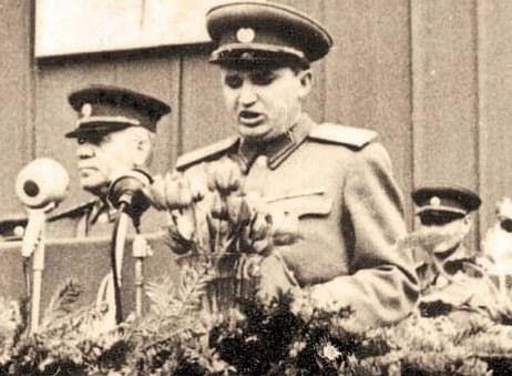 Nicolae Ceausescu, facandu-si datoria de activist de partid (1956)