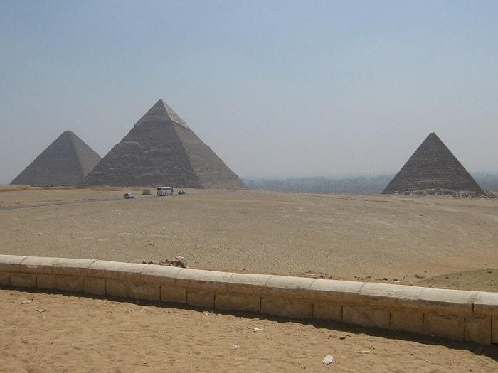 Piramidele din Giza - In Mijloc aflandu-se Piramida Lui Keops