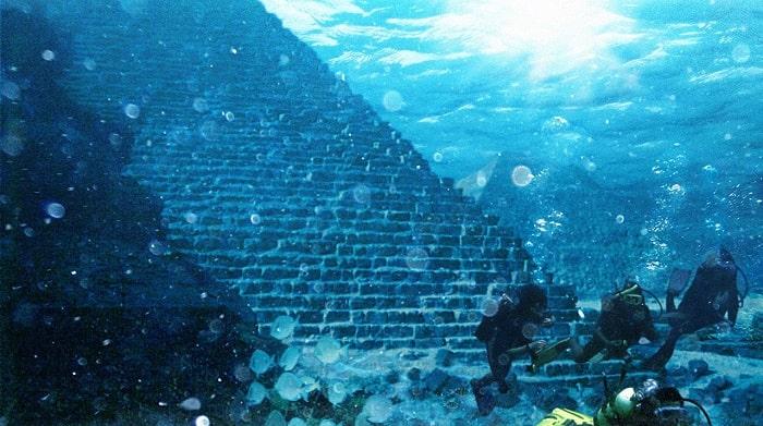 scafandrii langa o piramida subacvatica