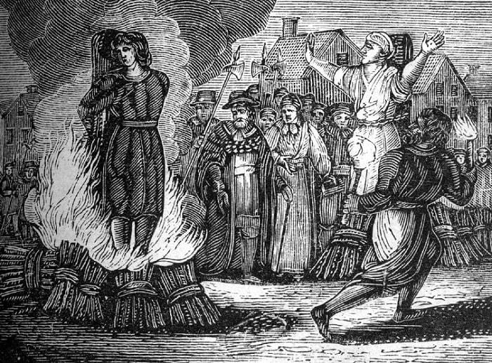 Femeie arsă pe rug, considerată vrăjitoare