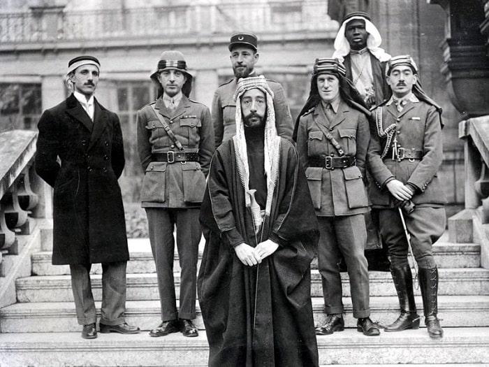 T.E. Lawrence la o petrecere la palatul Versailles alaturi de emirul Faysal