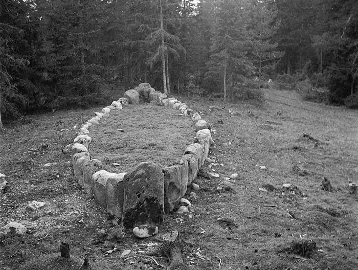 Mormânt in formă de barcă de piatră