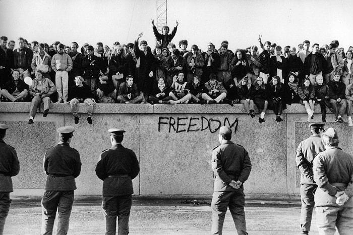 Locuitorii Berlinului de Vest intr-un protest asupra construirii Zidului Berlinului