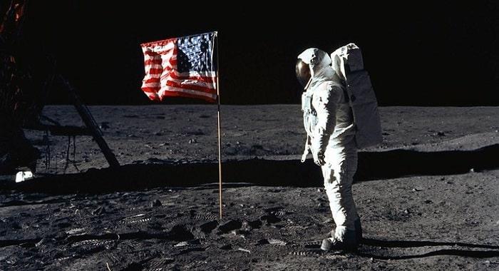 Buzz Aldrin (al doilea om care a pus piciorul pe Luna) - salutand steagul American