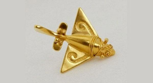"""""""Pestele zburator"""" - obiect din aur ce infatiseaza un aparat de zbor antic"""