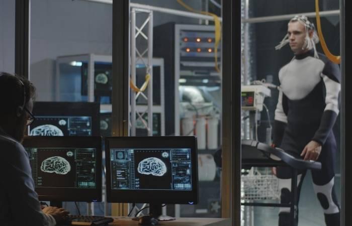 Cercetatori studiind creierul uman