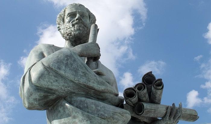 Statuia lui Aristotel din fața Universitătii din Thessaloniki
