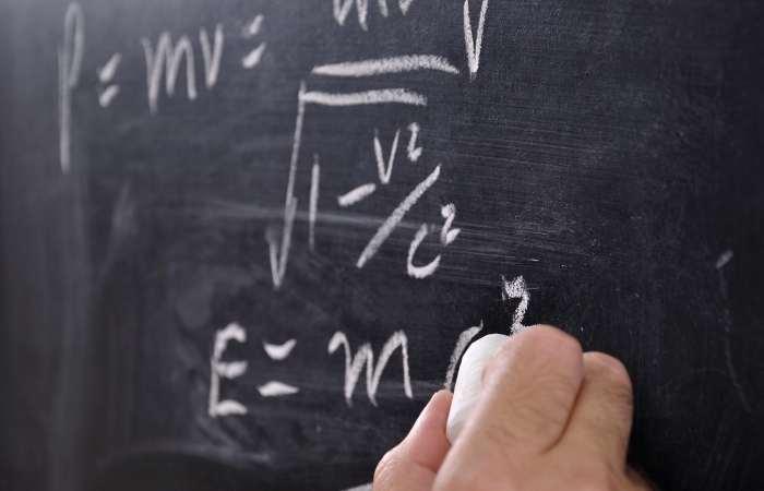 Formula de echivalență a masei și energiei E = mc2, (unde c este viteza luminii în vid)
