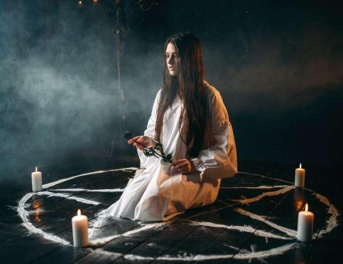Femeie practicând ocultismul
