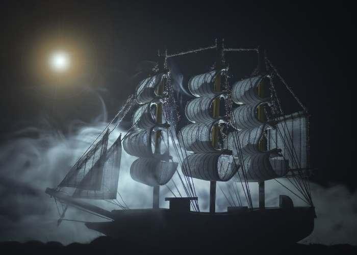 Corabie fantoma intr-o  noapte luminoasa