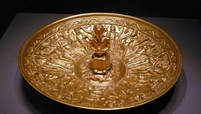 Pateră de aur având în mijloc o statuetă a Mamei Mari - Terra Mater - înconjurată de zeii pelasgi-hiperboreeni-arimani-geto-daci