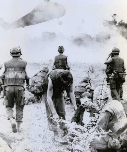 Soldați americani înaintând in jungla vietnameză