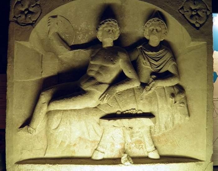 Sculptura reprezentand o scena de la banchet