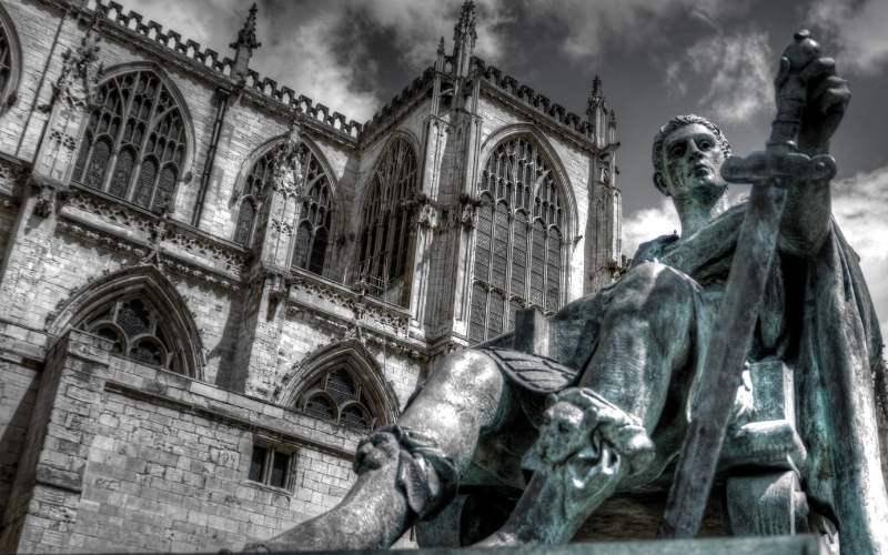 Statuie a imparatului Constantin