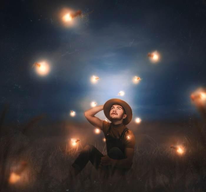 baiat pe camp si licurici