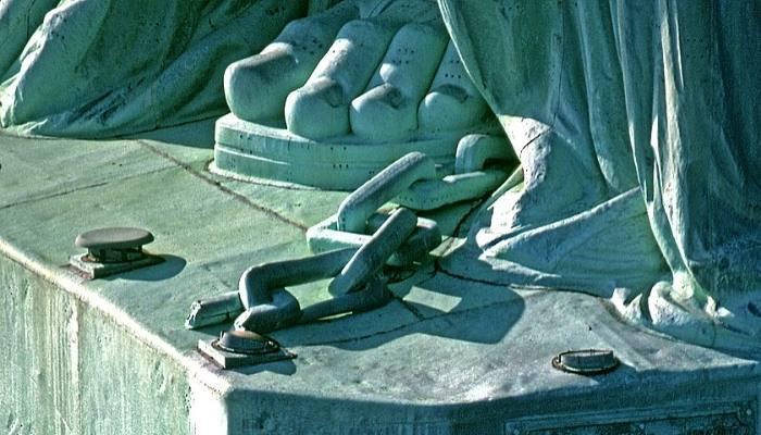 Cătuşele rupte ale infamiei (Statuia Libertatii din New York)