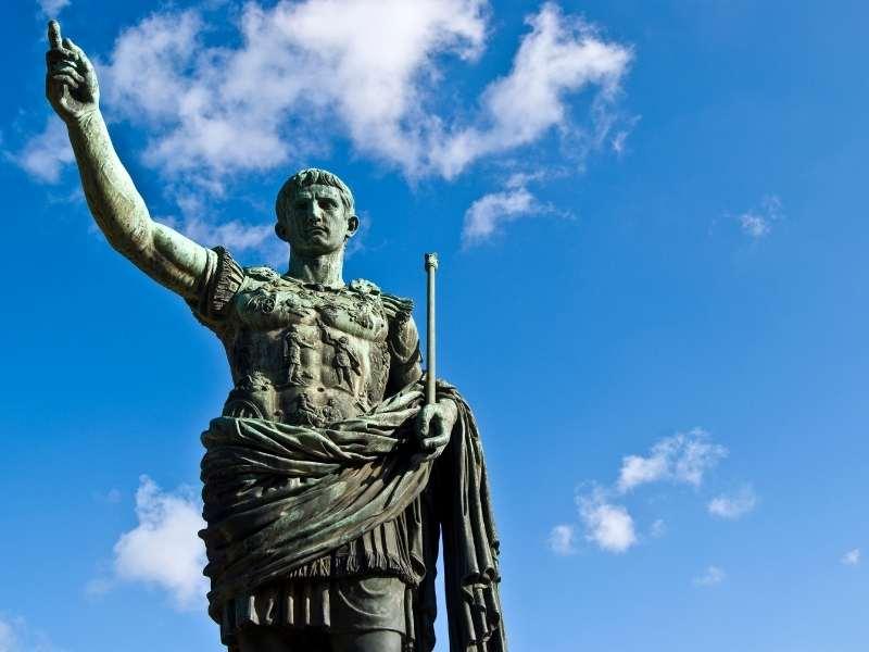 Iulius Cezard - Statuie