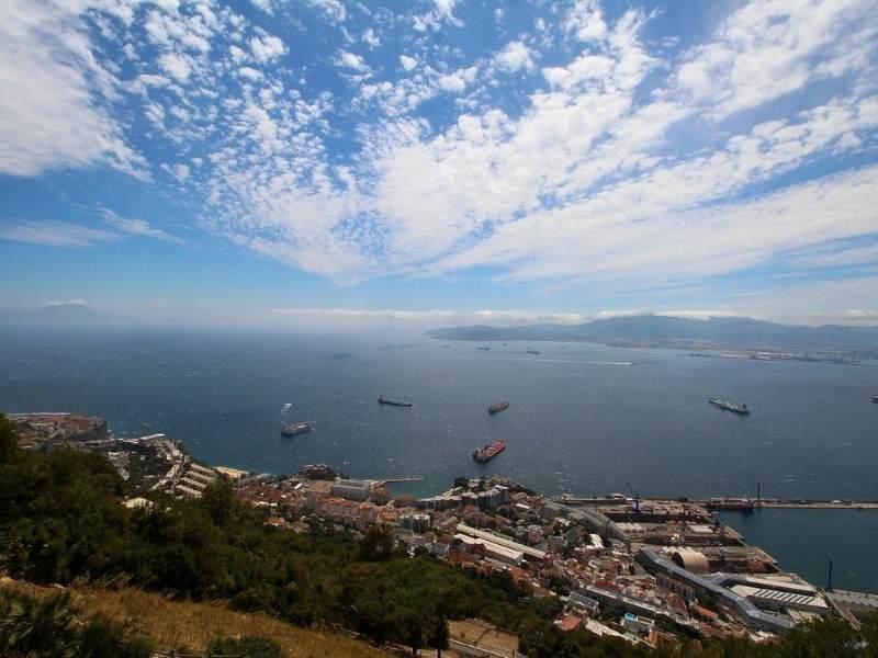 Nave traversând Strâmtoarea Gibraltar