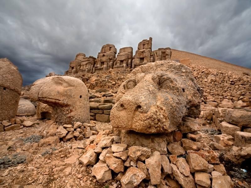 Statui flancate de un vultur si un leu (Anatolia, Turcia)