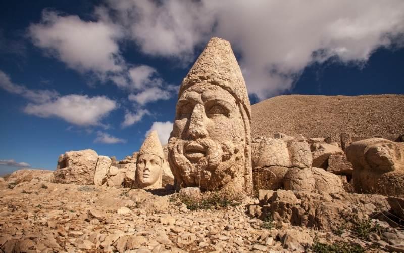 Capetele colosale de piatră ( Nemrut Dag, din Anatolia, Turcia )